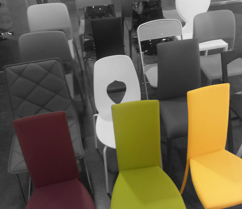 le sedie Slim Riflessi in ecopelle colorata