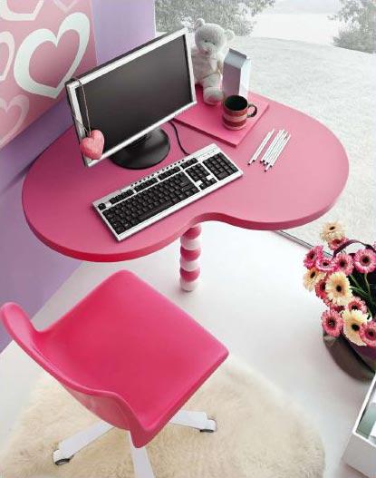 Una cameretta tutta rosa con il letto a forma di cuore non solo mobili cucina soggiorno e - Poggia computer da letto ...