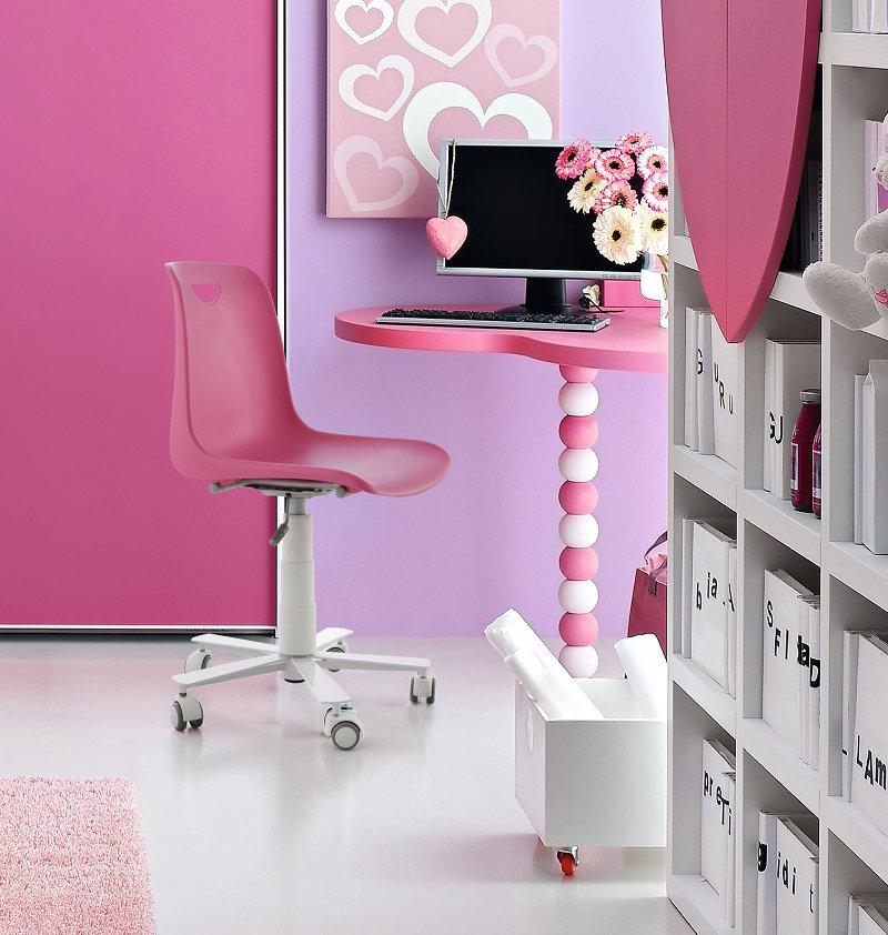 Il letto, la scrivania, gli stickers e i pensili a parete a forma di ...