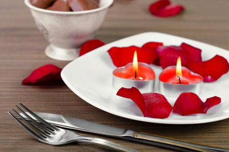 petali rossi tavola san valentino