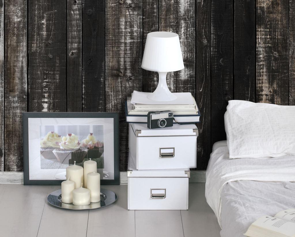 L'effetto legno sulla parete della camera per scaldare l'ambiente