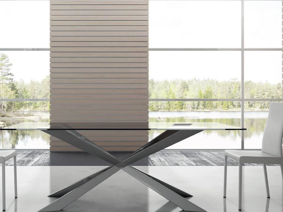 Tavolo Spring l'eleganza del piano in cristallo trasparente e della struttura in inox lucido. Dimensioni cm 200 x 100