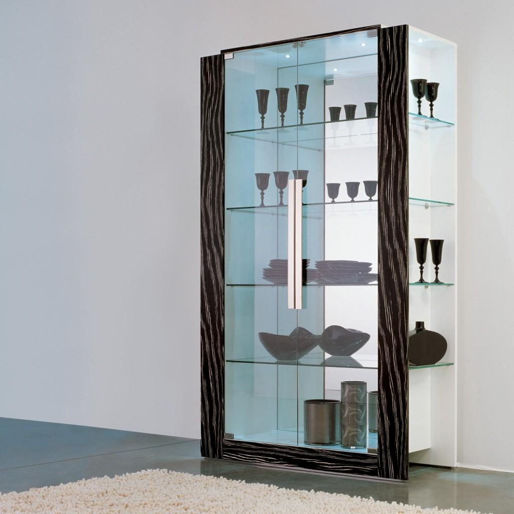 Vetrina in legno con ante in vetro e schiena a specchio. Cornice in legno