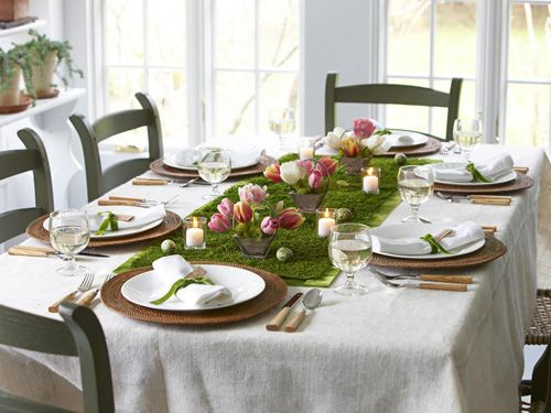 tavola con tulipani e runner erba sintetica