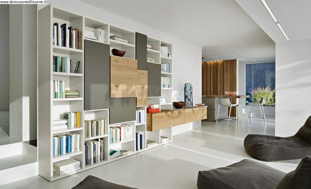 libreria moderna con ante di diverso spessore ed elementi orizzontali