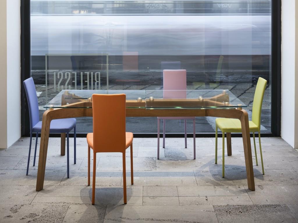 tavolo glide riflessi complemento di design. moderno con struttura in legno e piano in cristallo