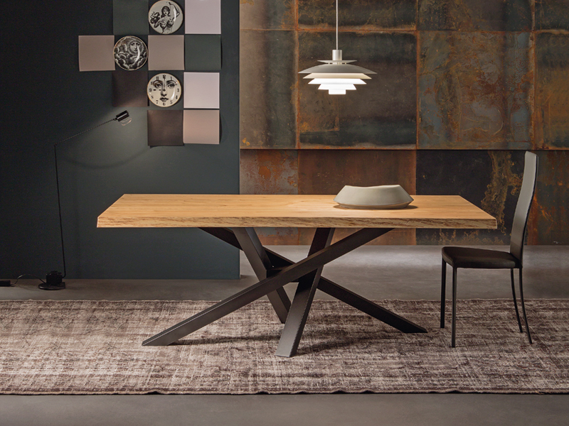 tavolo Shangai Riflessi piano in legno e base grafite