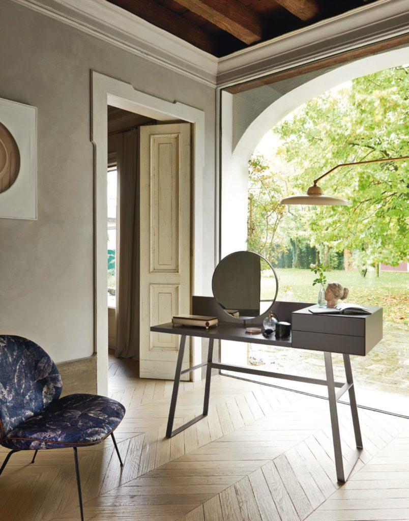 scrivania e tavolo da trucco con specchio